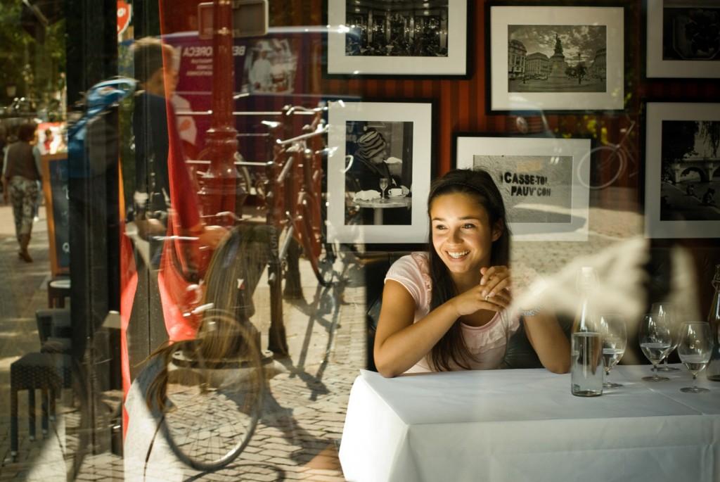 Sarah Gefotografeerd door Armando Ello Door glas restaurant Bresson